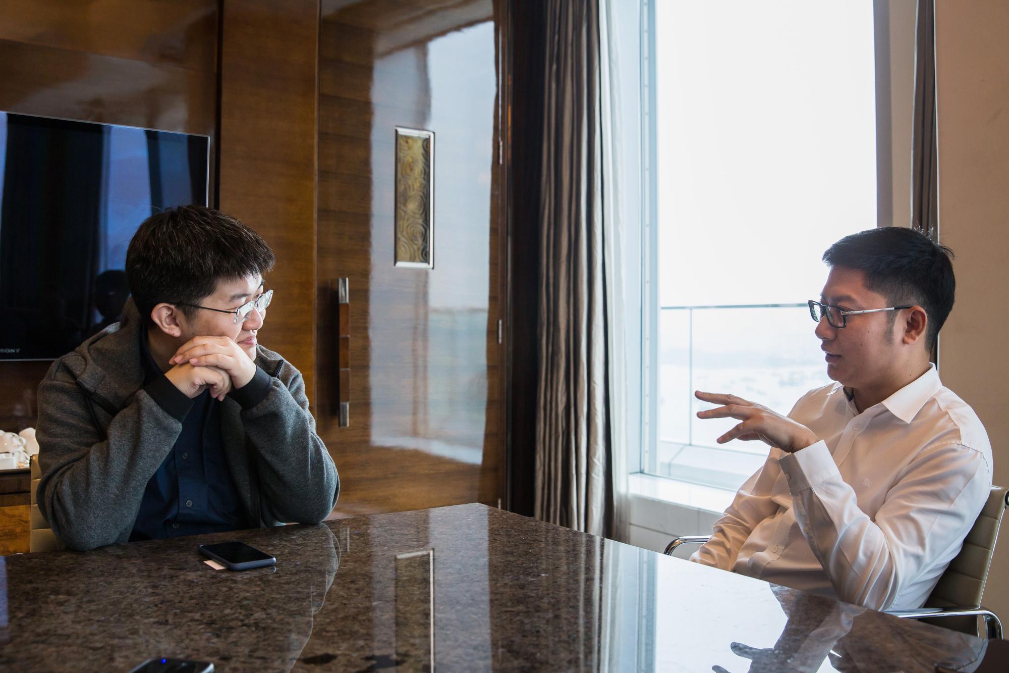 Совладелец Canaan Inc Цзяньпин Конг, справа, с основателем и генеральным директором Н.Г. Чжан в апреле